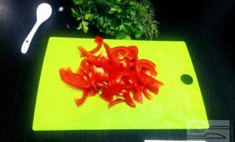 Шаг 4: Разрежьте болгарский перец вдоль, а потом на две части. Удалите семена с плодоножкой, ополосните водой. Нарежьте его тонкой соломкой. Морковь натрите на крупной терке.
