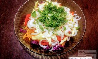 Шаг 7: Мелко порубите зелень и высыпьте в салат.