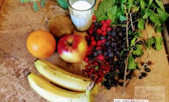 Шаг 1: Подготовьте ингредиенты: банан, яблоко, апельсин, киви, малина, ежевика, смородина, кефир