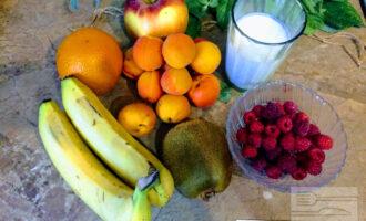 Шаг 1: Для фруктового салата возьмите: банан, яблоко, апельсин, киви, абрикосы, малину и нежирный йогурт.