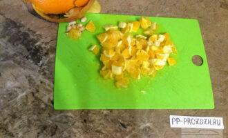 Шаг 4: Апельсин очистите от кожуры, разделите на дольки. Нарежьте апельсин кусочками.