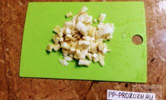 Шаг 2: Банан очистите от кожуры, затем разрежьте на 2 части и каждую половинку нарежьте кубиками.