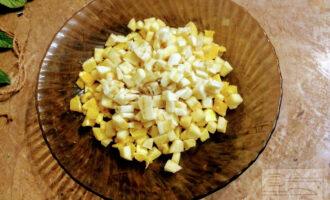 Шаг 4: Порежьте банан и добавьте к фруктам.