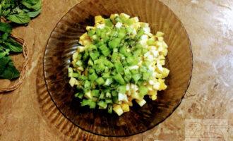 Шаг 5: Измельчите киви и уложите в тарелку.