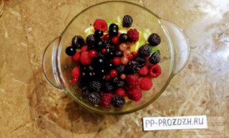 Шаг 5: Все фрукты поместите в миску, аккуратно перемешайте.