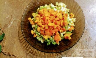Шаг 6: Абрикосы промойте под проточной водой, просушите. Порежьте кубиками и добавьте к фруктам.
