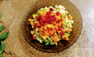 Шаг 7: Малину промойте под проточной водой, просушите и уложите в тарелку.