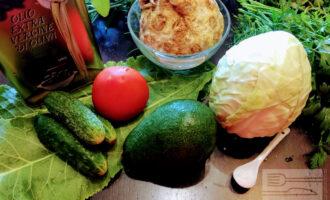 Шаг 1: Для приготовления салата возьмите: огурцы, помидор, авокадо, капусту, корень сельдерея, соль, оливковое масло и зелень.