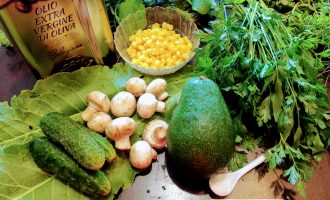 Шаг 1: Для приготовления данного слата возьмите: авокадо, консервированную кукурузу, свежий огурец, грибы (шампиньоны или вешенки), зелень, соль, оливковое масло.