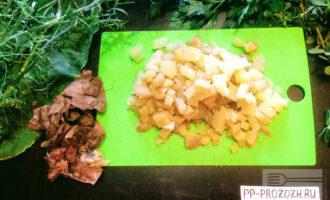 Шаг 2: Картофель отварите и порежьте кубиками.