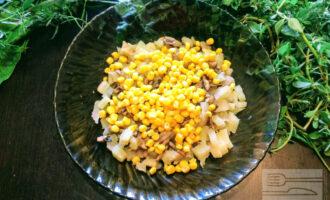 Шаг 3: Уложите порезанный картофель в глубокую тарелку и насыпьте две столовые ложки кукурузы.