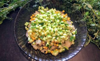 Шаг 5: Огурцы нарежьте кубиками и высыпьте в салат.