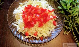 Шаг 5: Помидор порежьте кубиками и высыпьте в салат.