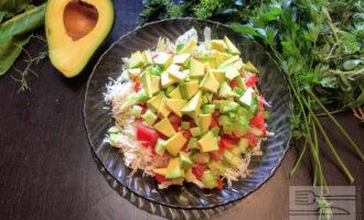 Шаг 6: Авокадо очистите от кожуры, нарежьте мелко кубиками и добавьте к остальным ингредиентам.
