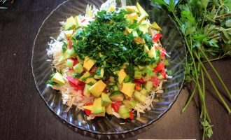 Шаг 7: Салат посолите, полейте оливковым маслом (примерно пол столовой ложки). Зелень мелко порубите и добавьте в салат.