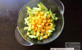 Шаг 5: Добавьте столовую ложку консервированной кукурузы в салат.