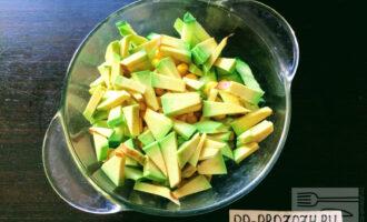 Шаг 6: Авокадо разрежьте пополам, срежьте кожуру и порежьте соломкой или кубиками. Уложите в тарелку.