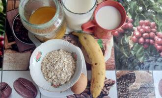 Шаг 1: Подготовьте ингредиенты для приготовления овсяноблина с бананом и йогуртом.