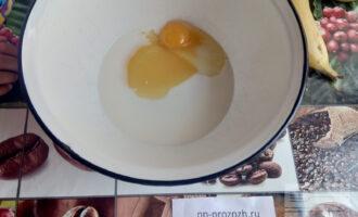 Шаг 2: Взбейте яйцо с молоком и медом.