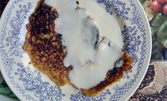 Шаг 6: Овсяноблин получится достаточно румяный из-за меда, сложите его пополам и полейте йогуртом.