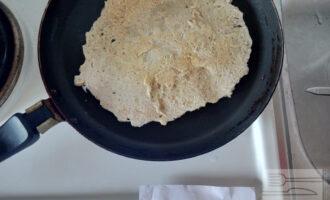Шаг 4: Вылейте массу на  раскаленную сковороду и распределите по поверхности.