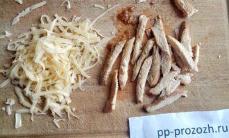 Шаг 5: Куриное филе нарежьте соломкой, а сыр натрите не терке.