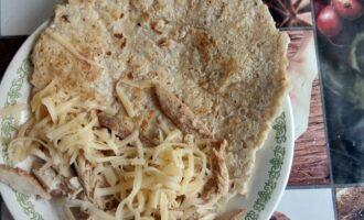 Шаг 6: Готовый овсяноблин положите на тарелку, внутрь немного сыра, рядом филе и закройте блинчик.