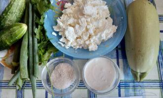 Шаг 1: Подготовьте ингредиенты для приготовления салата.