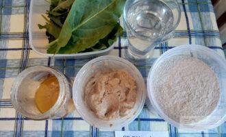 Шаг 1: Подготовьте ингредиенты для приготовления шпинатного хлеба на закваске.
