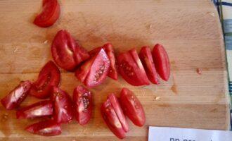 Шаг 6: Нарежьте помидоры дольками и выложите на салат сверху, который Вы красиво уложили на любую салатную подушку. Посыпьте любой рубленной зеленью.