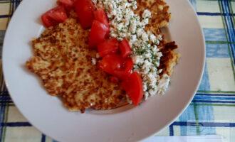 Шаг 6: Овсяноблин выложите на тарелку и сверху положите начинку.
