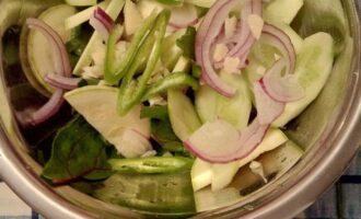 Шаг 4: Полукольцами нарежьте лук, перец чили,  добавьте рубленный чеснок. Полейте оливковым маслом и выложите в тарелку.