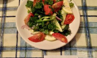 Шаг 5: Сверху положите помидоры, нарезанные дольками и рубленную зелень. Салат готов!