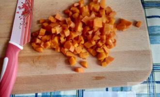 Шаг 3: Морковь очистите и нарежьте тоже.