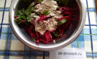 Шаг 7: Все ингредиенты соедините с соусом и тщательно перемешайте.