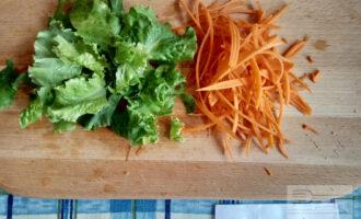 Шаг 4: Лист салата порвите на кусочки или нарежьте, тыкву натрите на корейской терке.