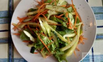 Шаг 5: Соедините все ингредиенты, присолите и поперчите, полейте растительным маслом. У меня оливковое, но вы можете взять любое.