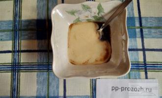 Шаг 2: Сделайте соус: смешайте домашний майонез и соевый соус.