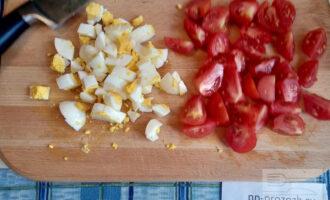 Шаг 2: Очистите и нарежьте яйцо и помидоры.