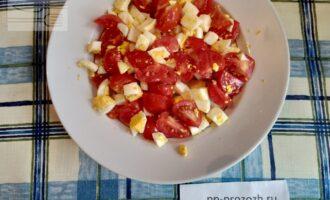 Шаг 4: На салатную тарелку выложите слой из яиц и помидоров.