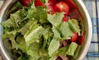 Шаг 4: Соедините говядину, помидоры и листья салата в одной посуде. Полейте маслом и посыпьте кунжутом, все перемешайте.