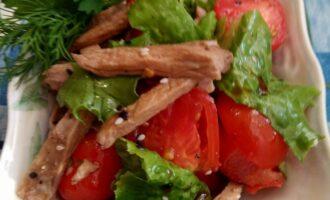 Диетический салат с говядиной и помидорами
