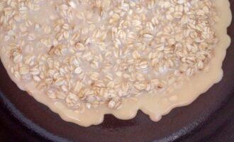 Шаг 4: Распределите массу на горячей сковороде.