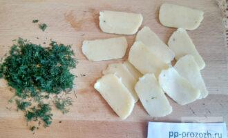 Шаг 6: Нарежьте брынзу тонкими ломтиками и зелень помельче.
