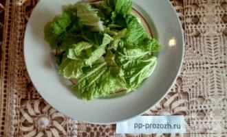 Шаг 2: Листья салата порвите или нарежьте.