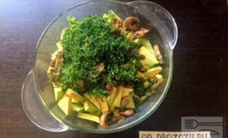Шаг 7: Зелень мелко порубите и высыпьте в салат. Обжаренные и остывшие грибы добавьте в салат.