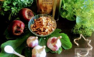 Шаг 1: Для салата возьмите: свеклу, грецкие орехи, чеснок, соль и оливковое масло.