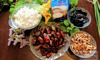 Шаг 1: Для данного десерта возьмите: финики, чернослив, грецкие орехи, кокосовую стружку и обезжиренный творог.