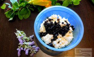 Шаг 3: В глубокую тарелку высыпьте творог и чернослив.