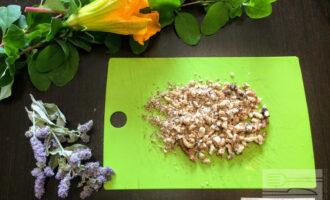 Шаг 4: Грецкие орехи измельчите до полу крошки.